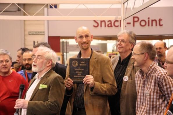 Stefan Feld che riceve il premio destinato all'autore del gioco dell'anno