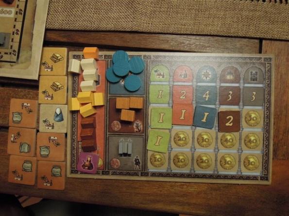 Ogni giocatore ha la sua scheda dove annotare i privilegi ottenuti, gli edifici in proprio possesso e le colonie sotto il proprio controllo