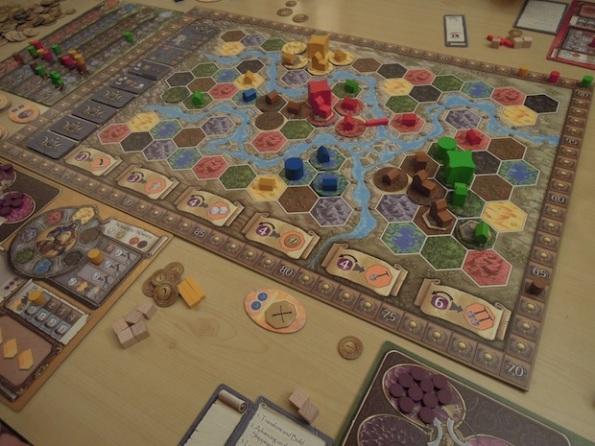 Una veduta dall'alto del board di Terra Mystica durante una partita