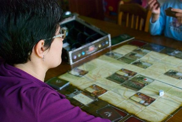 Michela impegnata in una partita di Summoner Wars