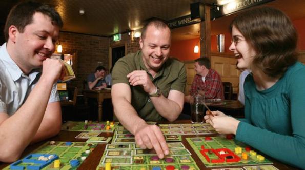 Facce felici ad un tavolo questi sono i giochi che ci piacciono